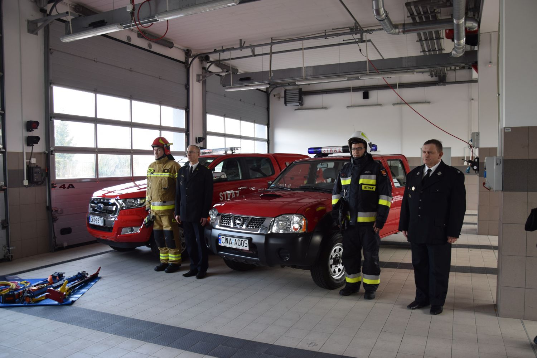 Strażacy oraz przekazany samochód